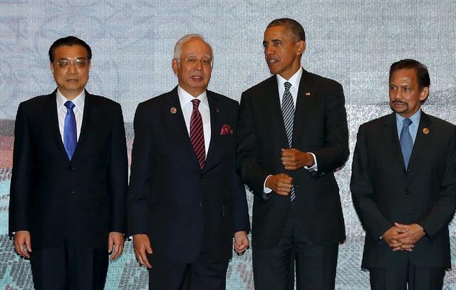 Thủ tướng Trung Quốc Lý Khắc Cường (trái) tại Hội nghị cấp cao Đông Á hôm 22/11 tại Malaysia, diễn đàn mà Trung Quốc bị công kích mạnh về vấn đề biển Đông. Ảnh: Reuters