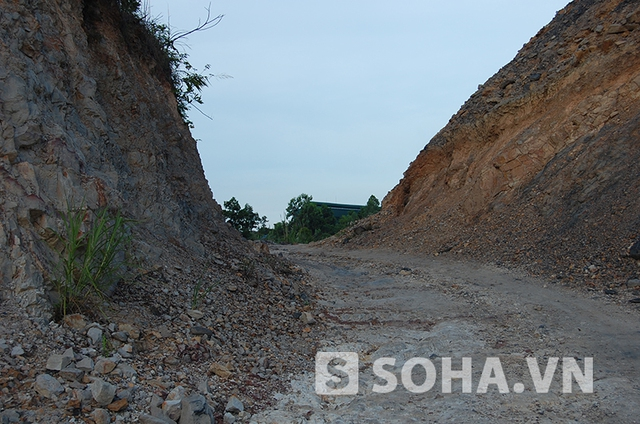 Lò than nằm giữa những cung đường đất rất khó khăn cho di chuyển