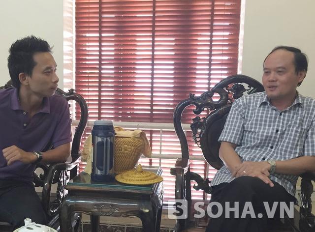 Phó Chủ tịch TP Hạ Long Hoàng Quang Hải (phải) trong buổi trao đổi với PV về lò than trái phép tại khu 7, phường Hà Tu
