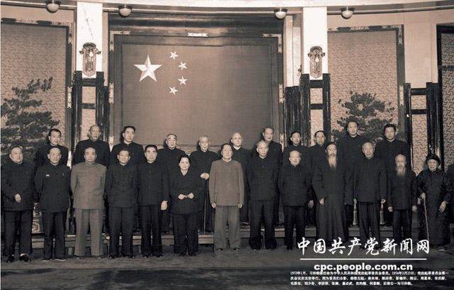 Bức ảnh ngày 23/3/1954 chụp Ủy ban khởi thảo Hiến pháp Trung Quốc có mặt Mao Trạch Đông (giữa, hàng trước) và Tập Trọng Huân (ngoài cùng bên phải, hàng sau). Ảnh: Nhân dân Nhật báo.