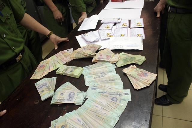 Tang vật cảnh sát thu giữ được là 1,2kg ma túy đá cùng 420 triệu đồng tiền mặt.