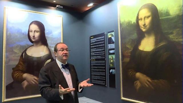 Nhà khoa học Pascal Cotte cùng bức họa ông khám phá được (trái) ẩn dưới bức tranh của Da Vinci (phải).