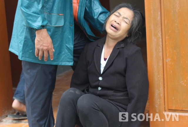 Bà Trần Thị Minh Ngọc (mẹ nạn nhân Trần Công Minh) gào khóc đau đớn khi đón nhận thi thể con mình sau vụ tai nạn kinh hoàng.