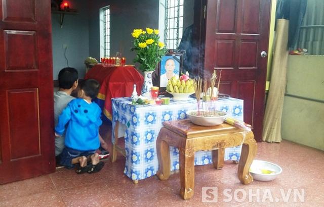 Bàn thờ anh Lâm Hữu Chính được lập vội tại quê nhà.