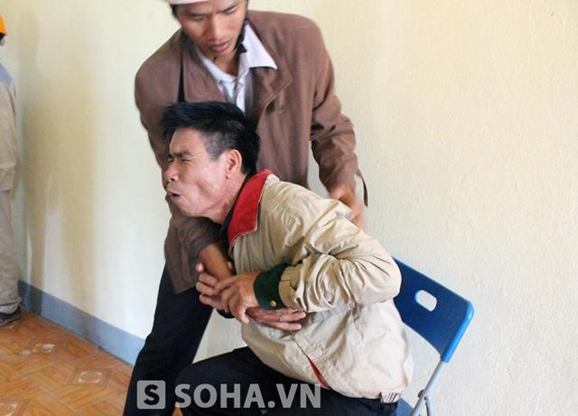 Ông Trần Ngọc Sáng (bố nạn nhân Trần Công Minh) đau đớn trước sự ra đi của người con trai xấu số trong vụ tai nạn.