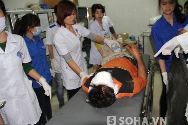 Các nạn nhân được đưa vào cấp cứu tại bệnh viện đa khoa tỉnh Hà Tĩnh ngay trong đêm 25/3.