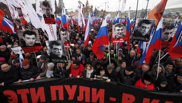 Người dân Nga ủng hộ ông Nemtsov trong cuộc tuần hành tại Moscow hôm 1/3 vừa qua. Ảnh: Vocativ