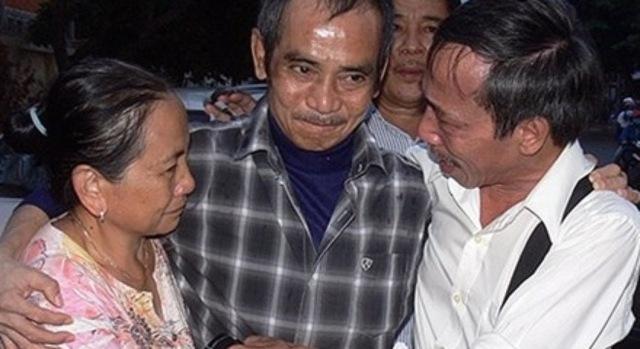 Giọt nước mắt cay đắng sau 17 năm của ông Huỳnh Văn Nén. Ảnh: Phương Nam.