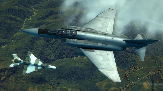 F-4 (phía trên) và MiG-21 (phía dưới) là hai đối thủ đầy duyên nợ trong Chiến tranh Việt Nam.