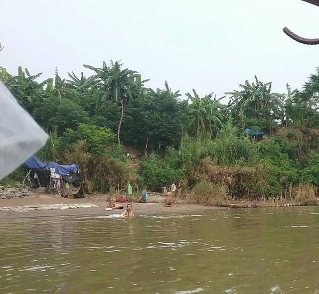 Bãi tắm tiên ở Sông Hồng. Ảnh: HK