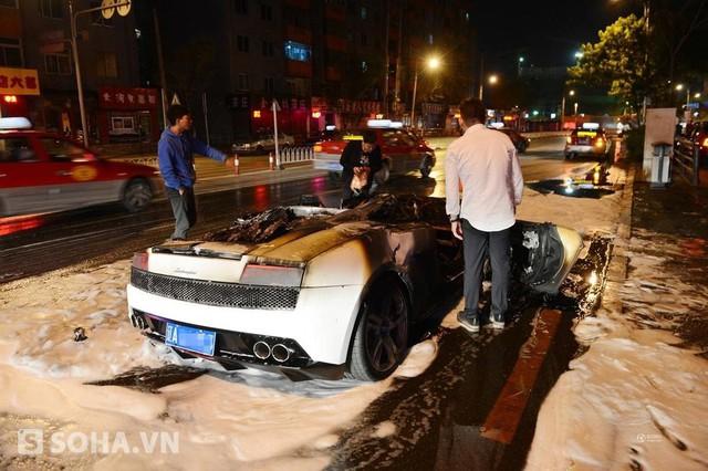 Phía trước và bề mặt của xe đã bị thiêu rụi không còn nhận ra, chỉ có thể thấy phía sau của xe tương đối nguyên vẹn.