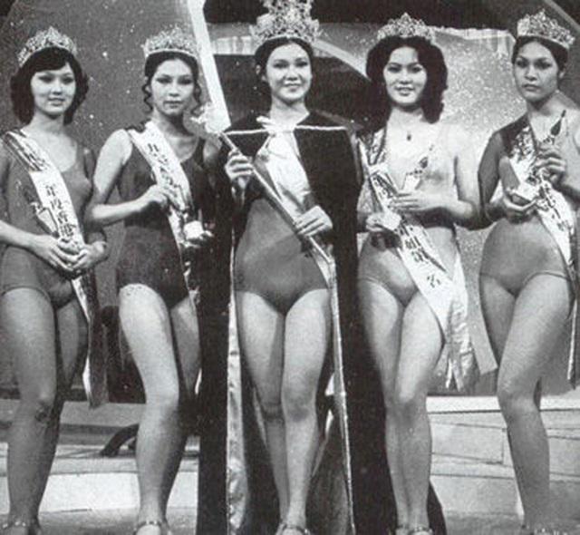Triệu Nhã Chi tại cuộc thi Miss Hồng Kông năm 1973 (ngoài cùng bên trái)