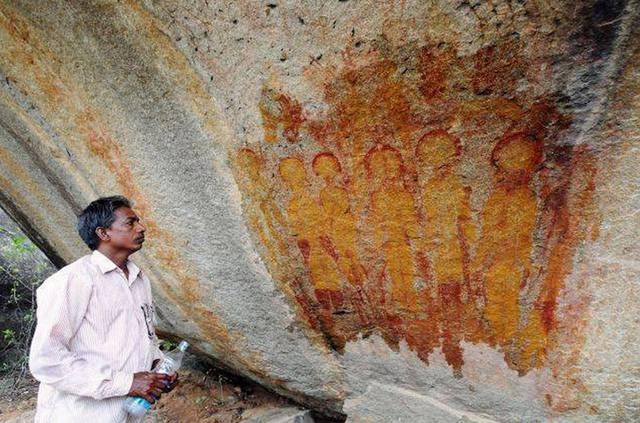 Nhà khảo cổ học JR Bhagat bên cạnh phát hiện thú vị về bức họa có miêu tả người ngoài hành tinh của người cổ đại.