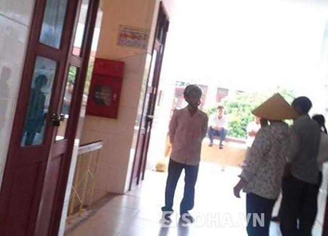 Người thân đang cứu chữa cho cháu Chiến tại bệnh viện đa khoa huyện Thanh Chương.