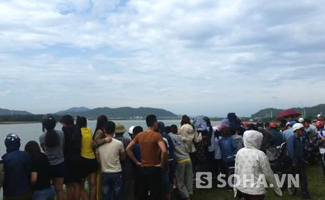 Rất đông người dân hiếu kỳ đến xem vụ việc.