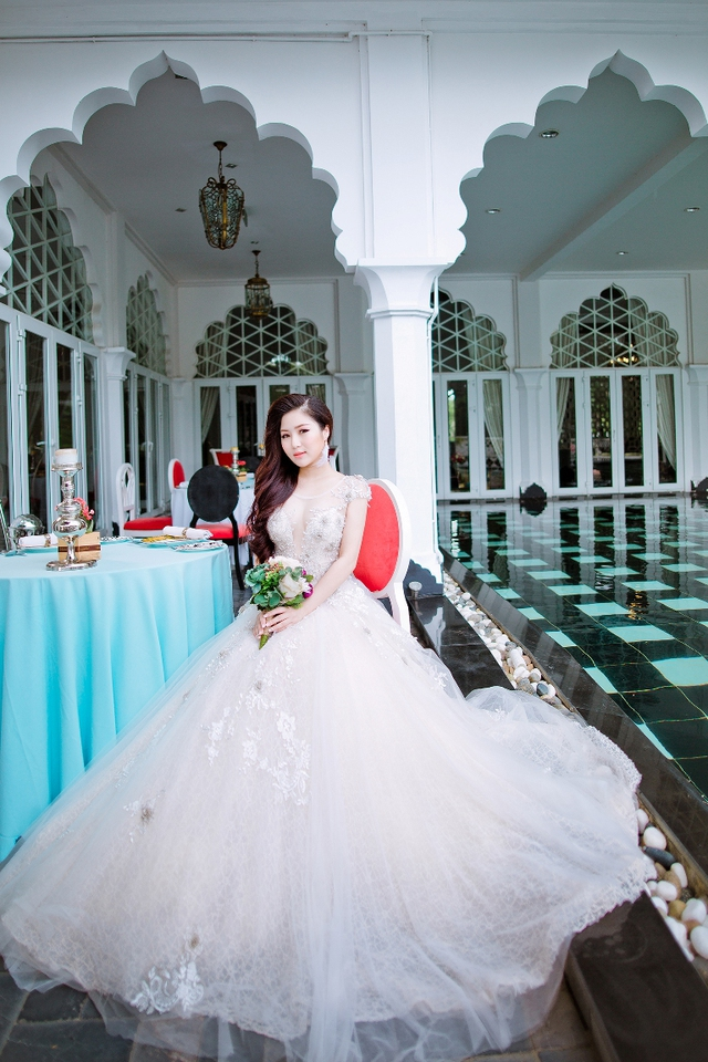 Hương Tràm ngại ngùng khi lần đầu diện bộ váy cưới màu trắng tinh khiết.