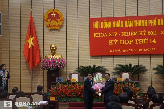 Ông Nguyễn Thế Thảo tặng hoa chúc mừng ông Nguyễn Đức Chung.