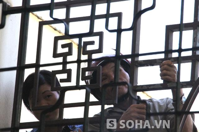 Nhiều người bất chấp trèo lên bờ tường để theo dõi vụ án.