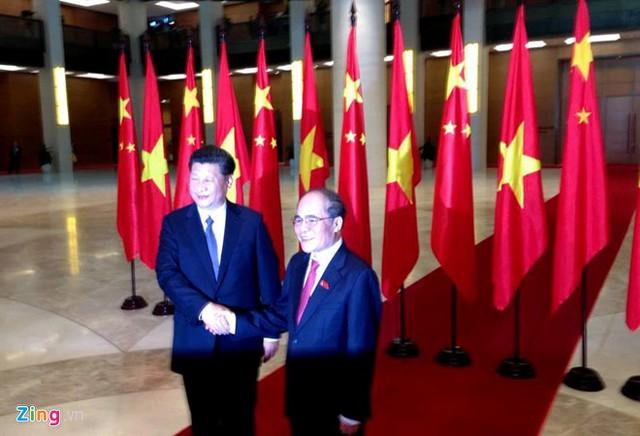 Chủ tịch Quốc hội Nguyễn Sinh Hùng đón tiếp ông Tập Cận Bình. Ảnh: Nguyễn Hưng/Zing.vn