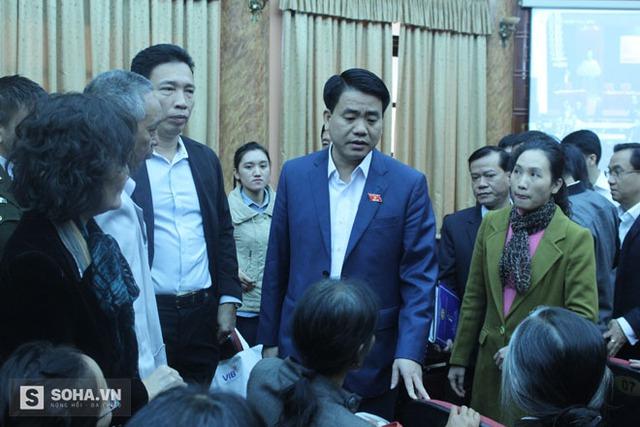 Ông Nguyễn Đức Chung trực tiếp xuống đối thoại, trả lời dân khiếu nại tại buổi tiếp xúc cử tri.