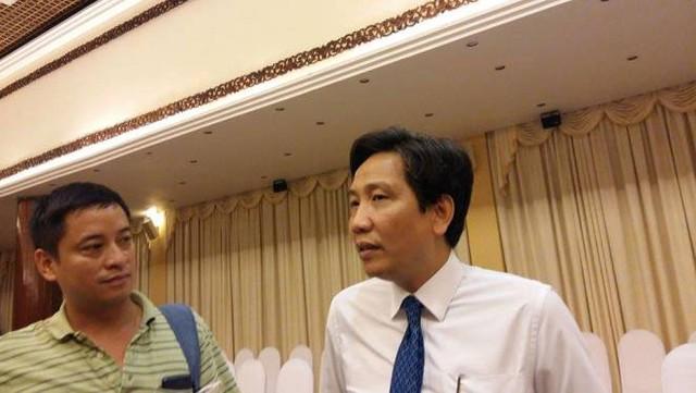Thứ trưởng Trần Anh Tuấn (áo trắng) trao đổi với PV.