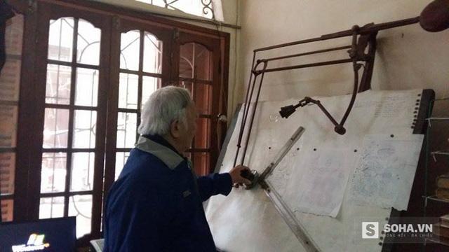 Ở tuổi 81 nhưng ông vẫn miệt mài với việc vẽ, chế tạo, cải tiến các sản phẩm, máy móc mới.