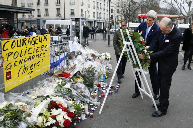 Ngoại trưởng Mỹ John Kerry cùng Ngoại trưởng Pháp Laurent Fabius (phải) đặt vòng hoa tưởng niệm các nạn nhân vụ thảm sát tòa báo Charlie Hebdo. Ảnh: AFP