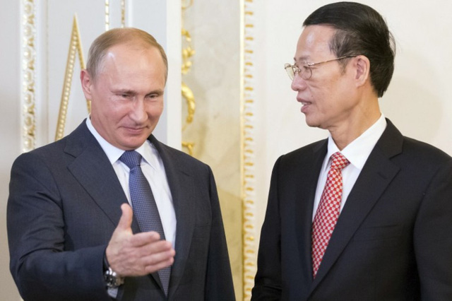 Tổng thống Nga Vladimir Putin gặp phó Thủ tướng Trung Quốc Trương Cao Lệ tại Diễn đàn kinh tế St. Petesburg. Ảnh: AFP.