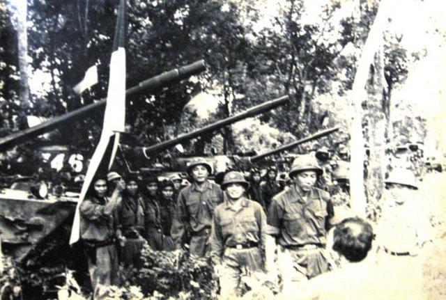 Bộ Tư lệnh Quân đoàn 2 giao nhiệm vụ cho các đơn vị đánh chiếm dinh Độc Lập. Tướng Nguyễn Công Trang là người thứ 3, từ phải vào (Ảnh tư liệu).