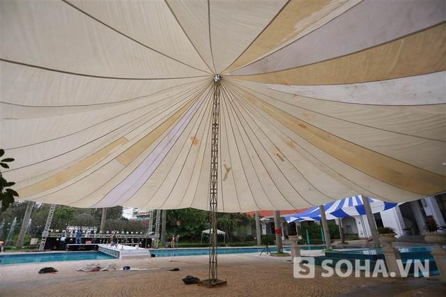 Tiệc cưới Thanh Thanh Hiền - Chế Phong sẽ được tổ chức vào lúc 17h, ngày 14/3/2015 tại hồ bơi khách sạn Daewoo. Ngay từ sáng sớm, khâu trang trí sảnh tiệc đã được trang hoàng. 1 chiếc ô lớn được dựng lên để tránh thời tiết mưa phùn.