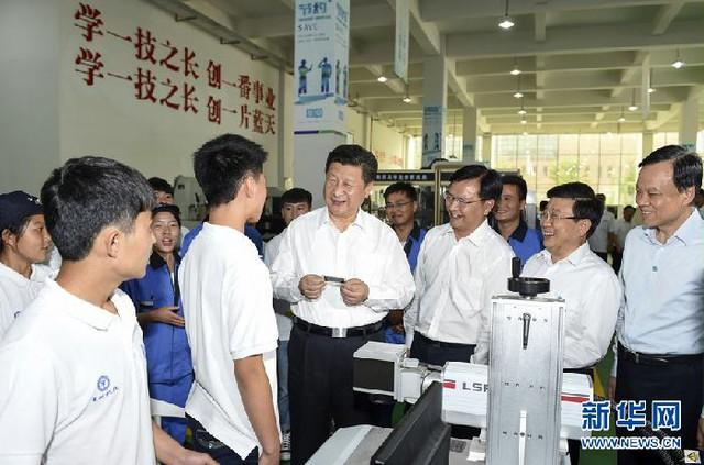 Trần Mẫn Nhĩ (phải) tháp tùng ông Tập Cận Bình trong chuyến công tác đến Quý Châu tháng 6/2015, 1 tháng trước khi ông Trần được bổ nhiệm làm Bí thư Tỉnh ủy. Ảnh: Xinhua.