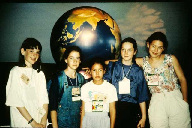 Severn (ngoài cùng bên phải) và nhóm bạn tại hội nghị Trái Đất năm 1992 (Ảnh: Severn Cullis-Suzuki, Facebook)