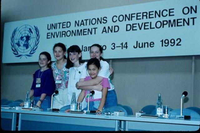 Severn (thứ hai từ trái sang) và nhóm bạn tại hội nghị Trái Đất năm 1992 (Ảnh: Severn Cullis-Suzuki, Facebook)