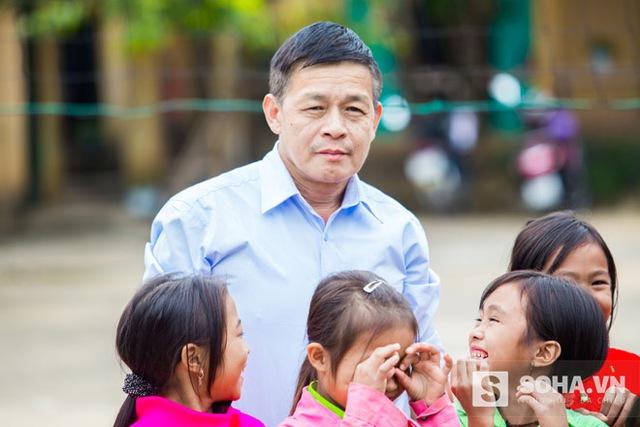 Thầy Nguyễn Văn Sỹ, Chủ tịch công đoàn nhà trường, đã có thâm niên công tác 21 năm tại trường không giấu được niềm vui, xúc động