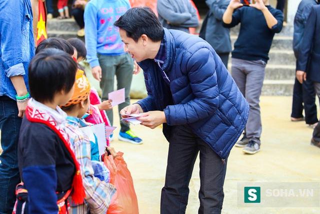 Ông Bùi Ngọc Hải không quản ngại đường đi khó, lặn lội cùng đoàn từ thiện đến trao tặng quà tận tay cho các em nhỏ tại điểm trưởng Khá Thượng, Tân Lập