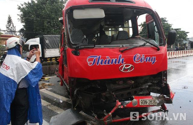 Đầu xe khách bị hư hỏng nặng