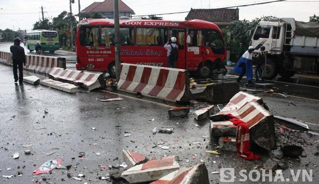 Hiện trường chiếc xe khách bị lật khiến 15 hành khách kêu cứu bên trong