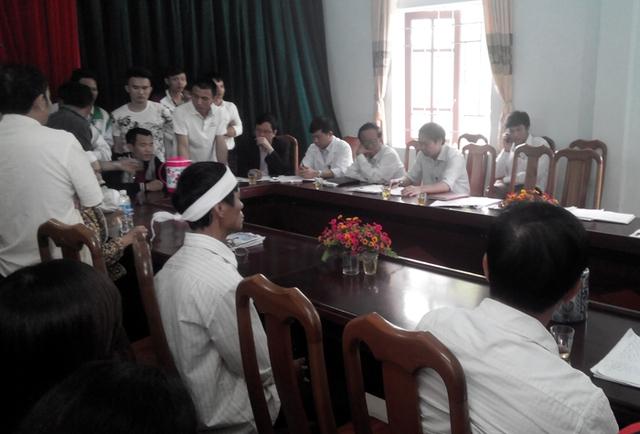 """Hàng chục người gia đình sản phụ Vân tiếp tục đến """"quây kín"""" bệnh viện để yêu cầu phía bệnh viện làm rõ trách nhiệm vào sáng 23/3."""