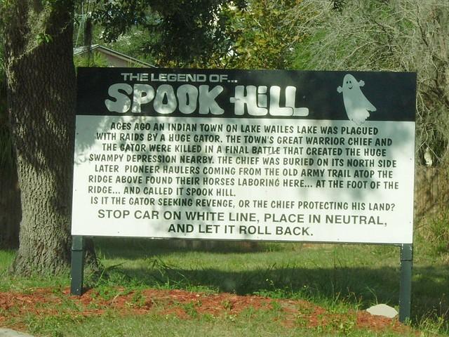 Câu chuyện truyền thuyết về Spook Hill được người dân thị trấn kể trên tấm bảng, đoạn cổng đi vào khu đồi.