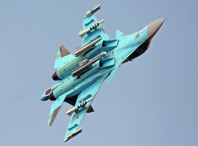 Mặc dù thiên về khả năng đánh đất nhiều hơn, nhưng Su-34 có khả năng không chiến và thao diễn không hề thua kém các loại máy bay tiêm kích đa năng