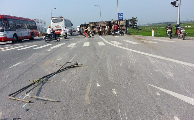 Hiện trường vụ tai nạn. Chiếc xe tải bị lật xuống đường và trượt dài 1 quãng hơn 30m.