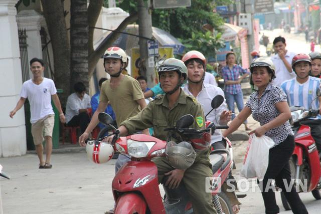 Ngay từ sáng sớm, hàng nghìn người dân đã tập trung về nhà văn hóa huyện Tương Dương để theo dõi phiên xét xử Vi Văn Hai.