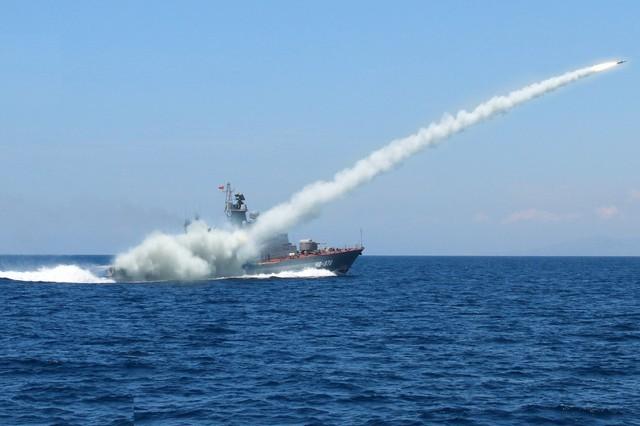 Tàu Molniya số hiệu 378 thực hành bắn đạn thật