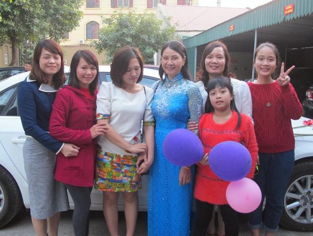 Bà Ngô Thị Thu Minh (mẹ Thủy Tiên - mặc áo dài xanh) chỉ mong 2 con mình hạnh phúc bên nhau và mãi là đứa con ngoan, hiếu thảo.