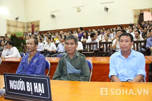 Ông Lê Văn Toán (bố nạn nhân Yến - bìa trái) và ông Lo Văn Bình (bố nạn nhân Thọ - ở giữa) ngồi lặng lẽ như hóa đá trong suốt phiên tòa.
