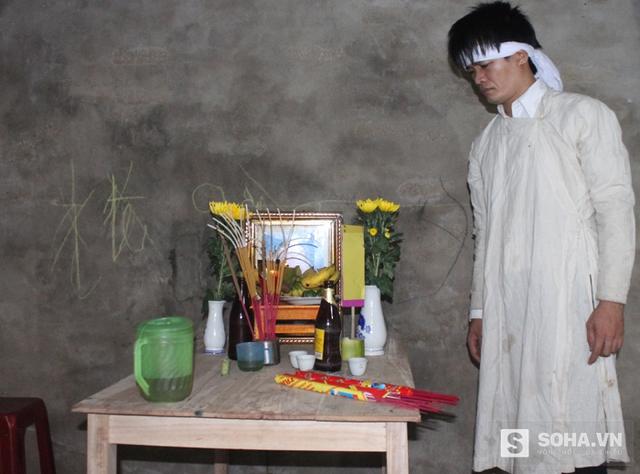 Anh Nguyễn Văn Tiến (con trai cả ông Hoài) đau buồn bên bàn thờ của bố.