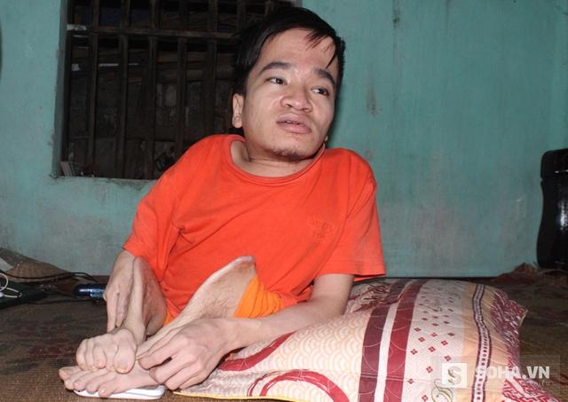 Chàng trai Trần Văn Hà, người đã cắt tay chấm vào 10 lá đơn cầu cứu giúp mẹ mình.