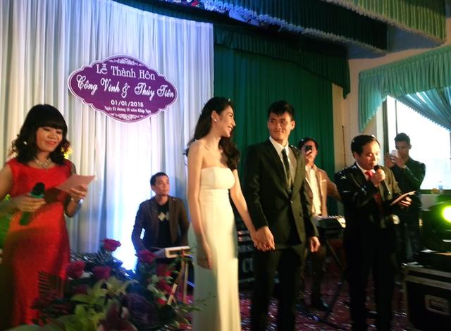 Dù chỉ có mẹ và cậu ra Nghệ An dự đám cưới của mình, nhưng Thủy Tiên luôn tự tin và rạng ngời trên sân khấu trong ngày ra mắt quê nội.