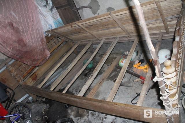 Chiếc giường trong phòng nơi phát hiện thi thể 2 nạn nhân vẫn còn vương vãi các vệt máu khắp nơi và vũng máu lớn ở gầm giường.