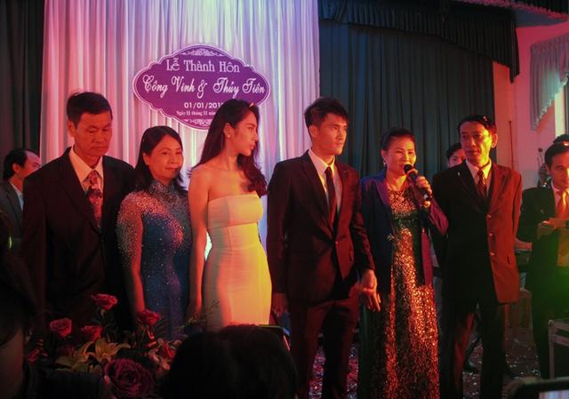Cả gia đình gồm hai bên nội ngoại của Công Vinh và Thủy Tiên tại đám cưới chiều nay (1/1/2015).